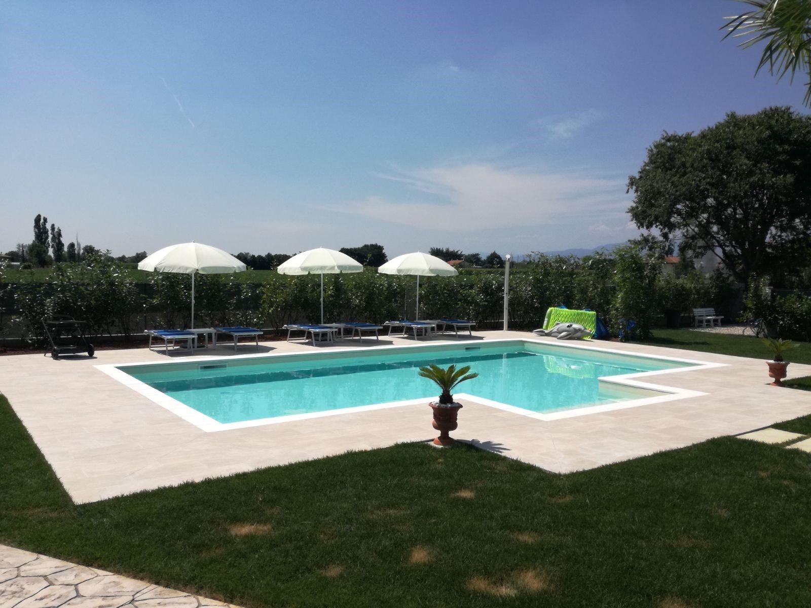 Qualche idea per la tua futura piscina interrata piscine - Piastrelle per piscina esterna ...