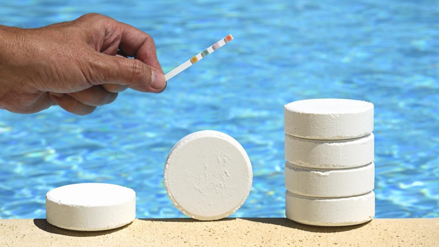 La disinfezione con cloro dell'acqua della piscina