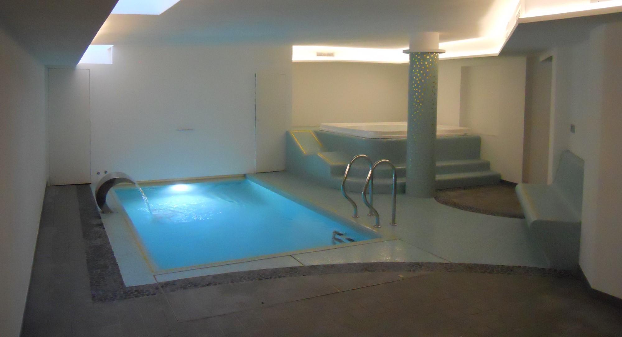 Piscina interna con tutti gli accessori possibili piscine - Piscina interna casa ...