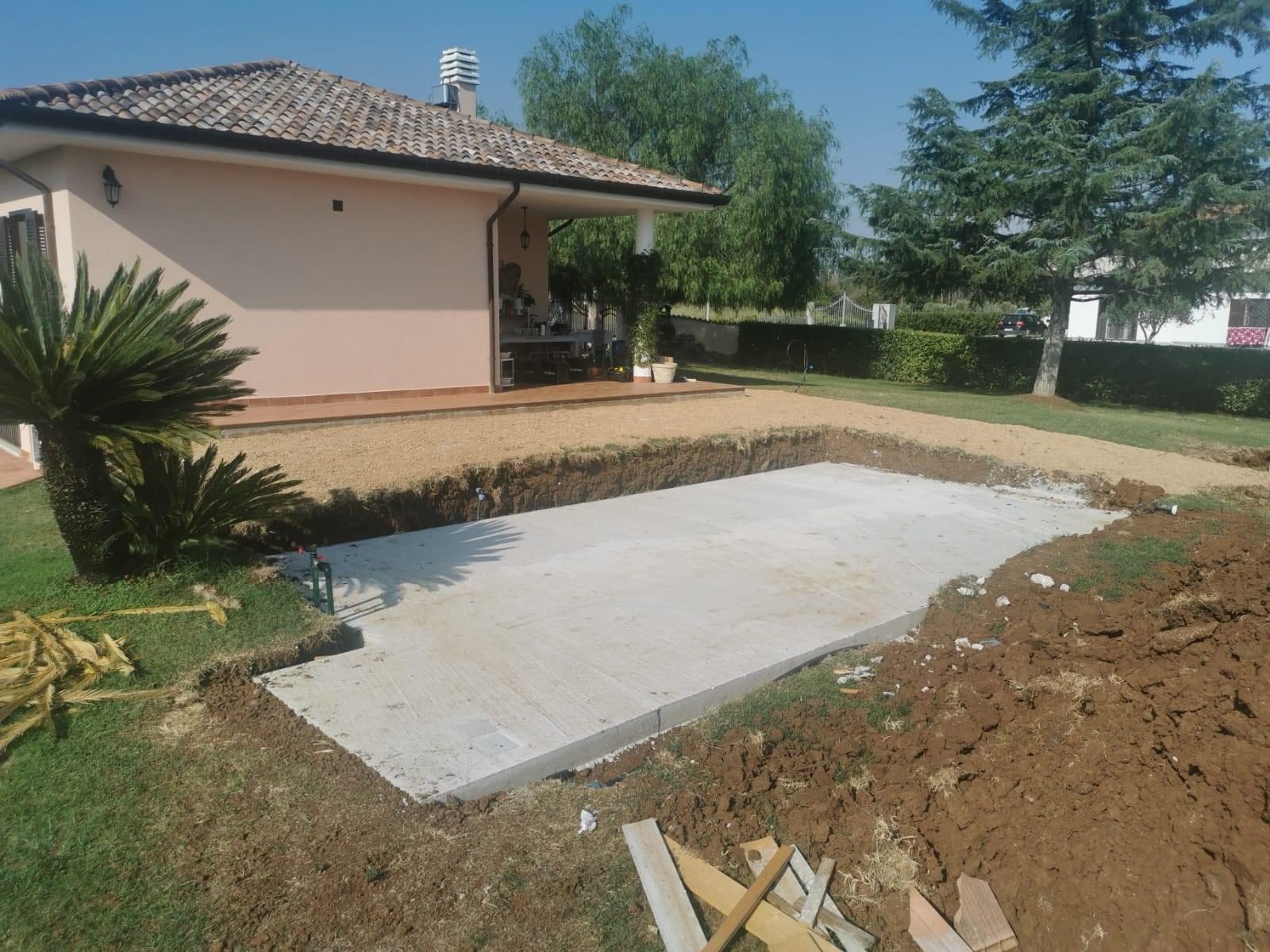 Piscina Su Terreno In Pendenza piscina fuori terra semi-interrata. piscine