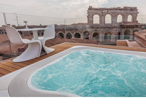 Hotel Milano Verona centro . Jacuzzi Profile con vista Arena di Verona