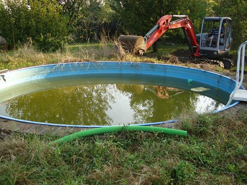 Prima c'era questa piscina !!! Rimozione di questa vecchia piscina non più utilizzata .
