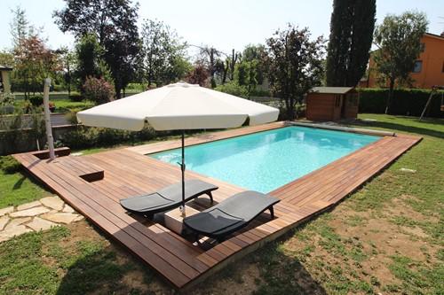 5) Dopo una bella villa con piscina in giardino . Piscina interrata 10x 5 con pavimentazione perimetrale in ipè e copertura di sicurezza in telo e barre in alluminio .